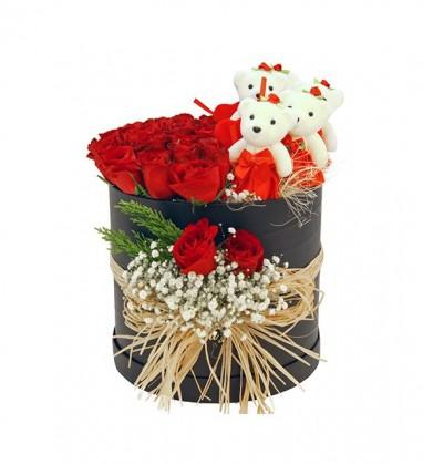 Siyah Silindir Kutuda Kırmızı Güller